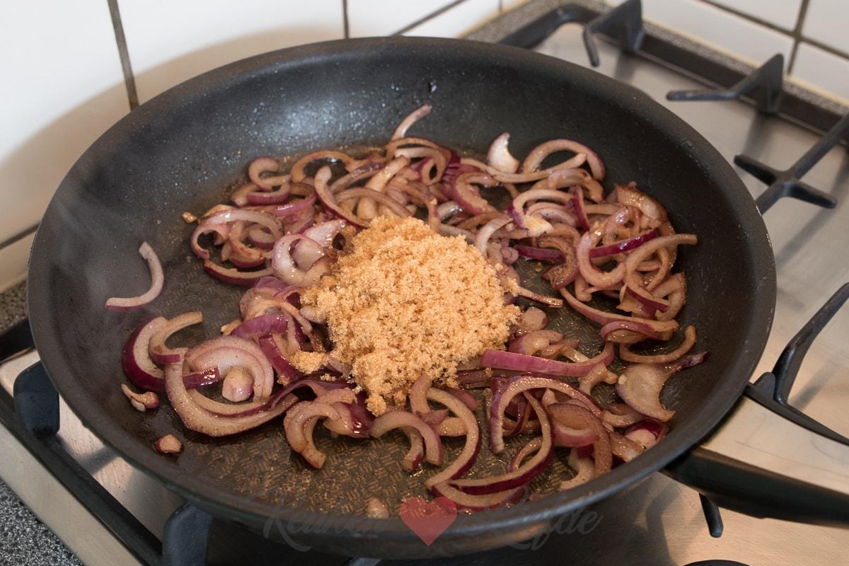 Bladerdeeghapje met gekarameliseerde rode ui, gebakken champignons en Gruyère