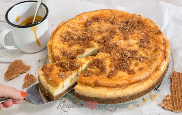 Stroopwafelcheesecake met karamelsaus