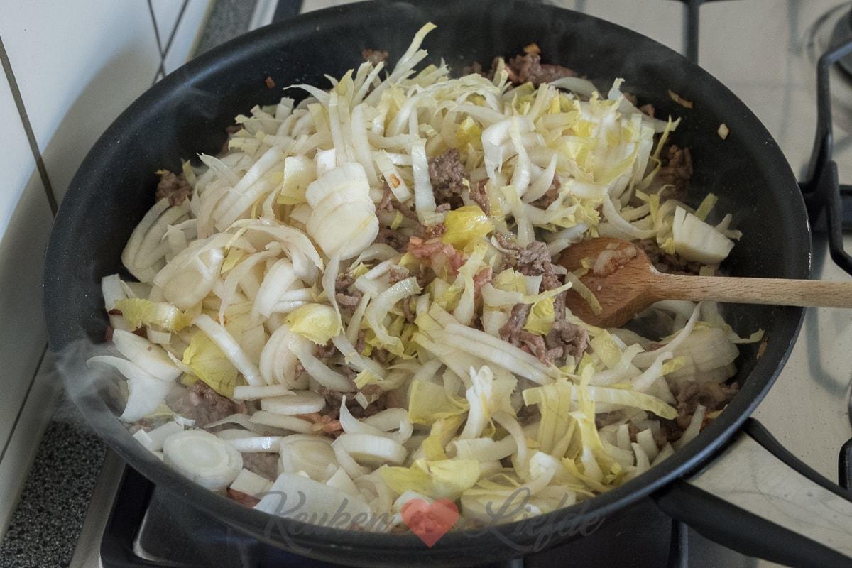 Witlof-ovenschotel met spekjes en roomsaus