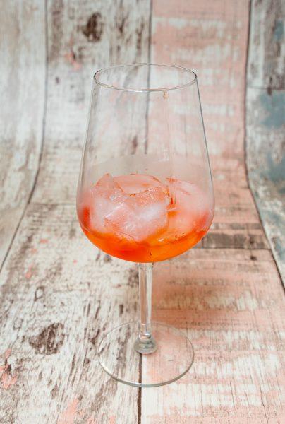 Aperol Spritz met cranberrysap en rozemarijn