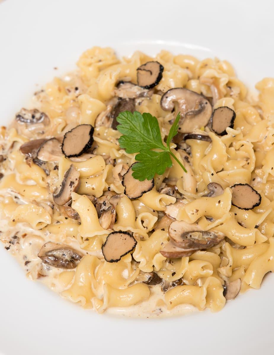 Pasta met truffelroomsaus en paddestoelen