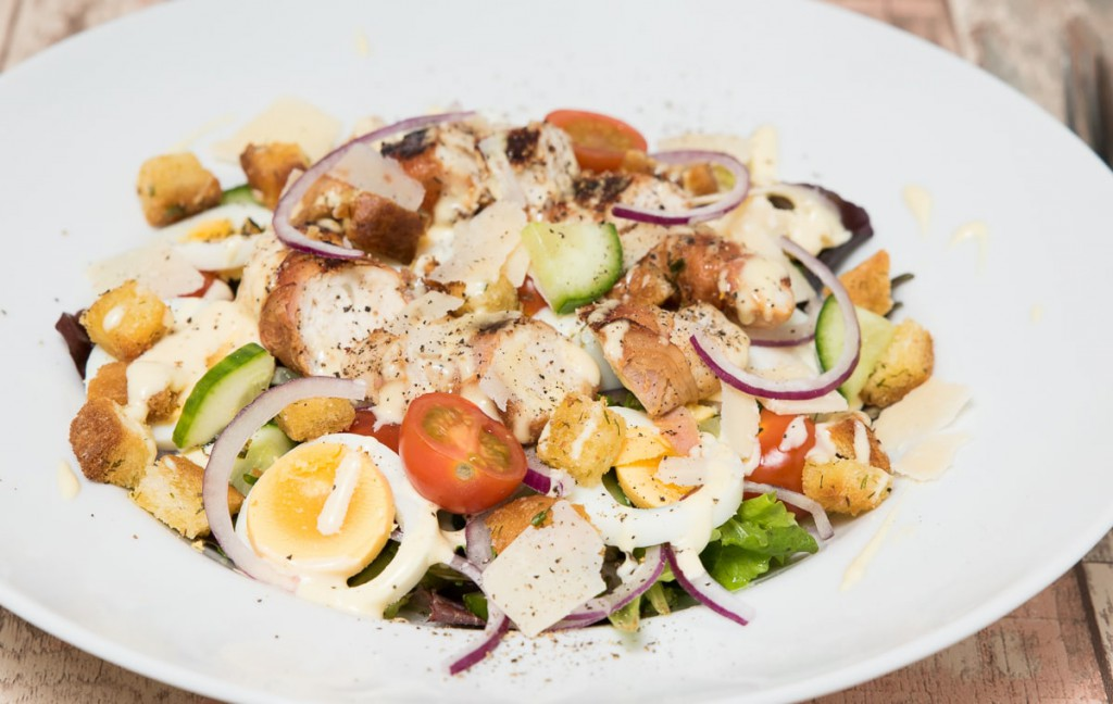 Club sandwich salade met honing-mosterdsaus