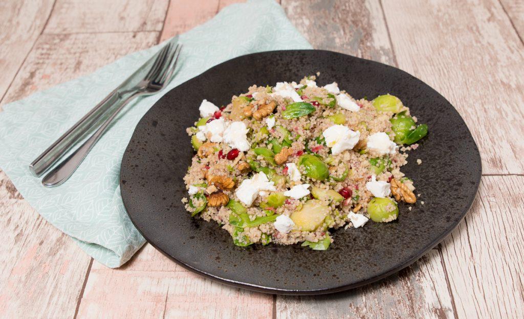 Couscoussalade met spruitjes, granaatappel en walnoot