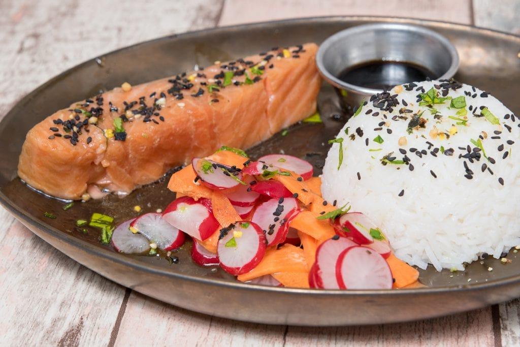 Zalm in sojasaus-marinade met rijst en rauwkost