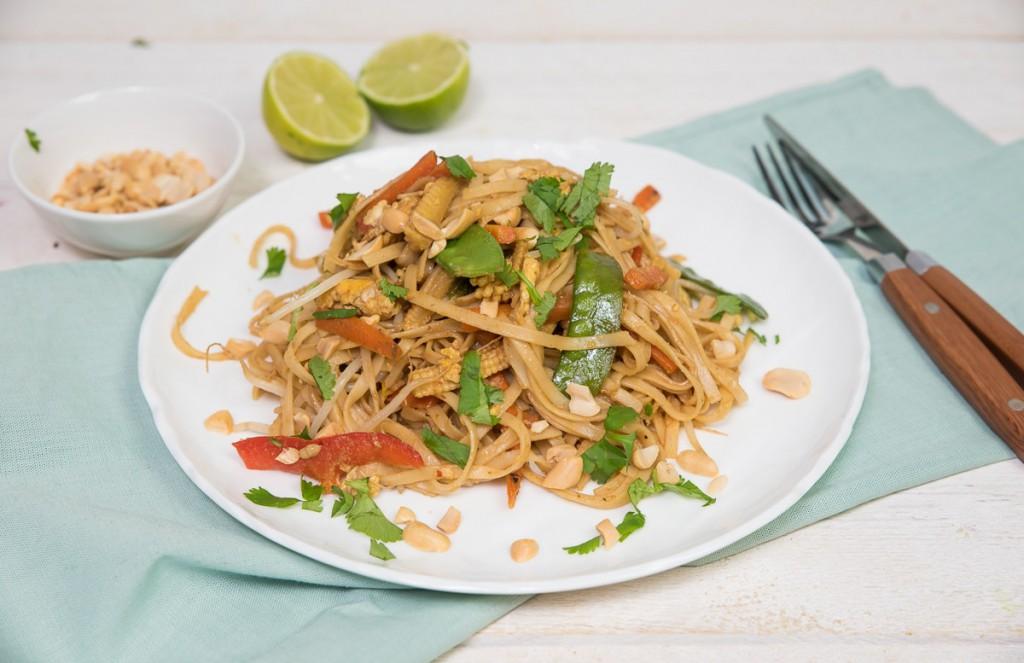 Vegetarische pad thai met peulen en wortel