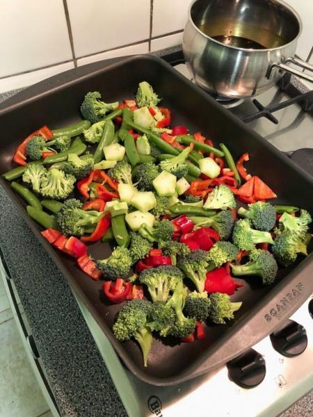 Groenten en kip uit de oven in sojasaus-marinade