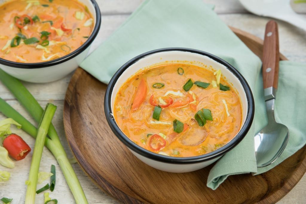 Snelle currysoep met wortel, spitskool en rijstvermicelli