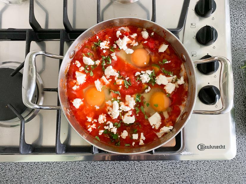 Tomatenpannetje met ei, courgette en feta