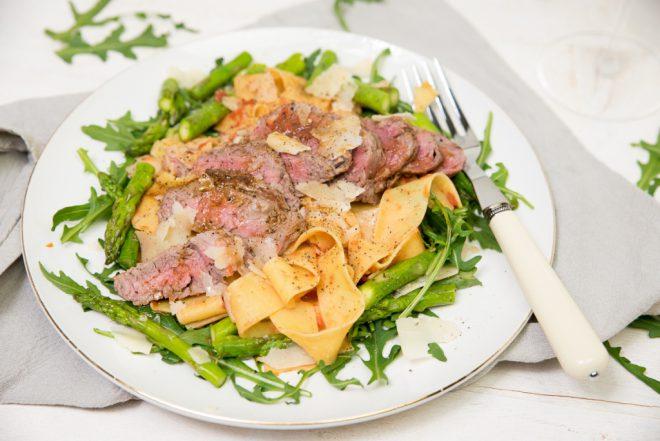 Pappardelle met biefstuk en groene asperges