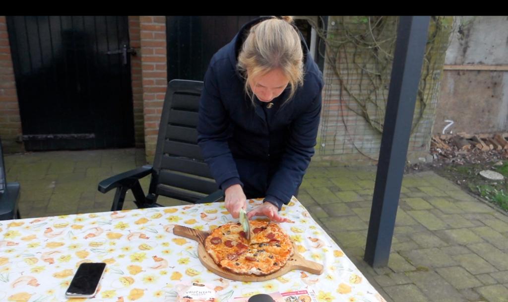 Onze eerste pizza uit de houtoven! - vlog #32