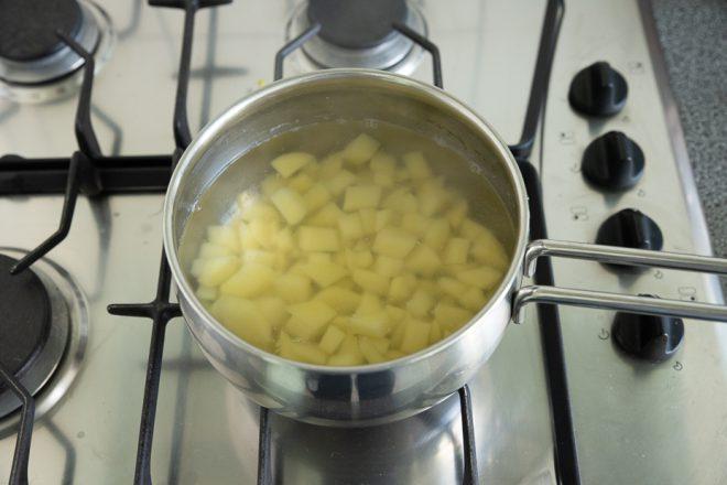 Aardappelsalade met crème fraîche en bieslook