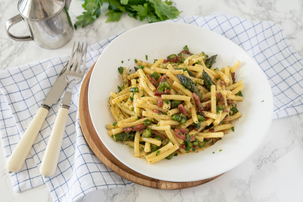 Pasta carbonara met bacon en groene asperges