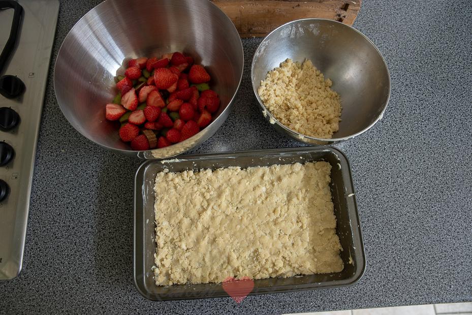 Kruimelkoek met aardbei en rabarber