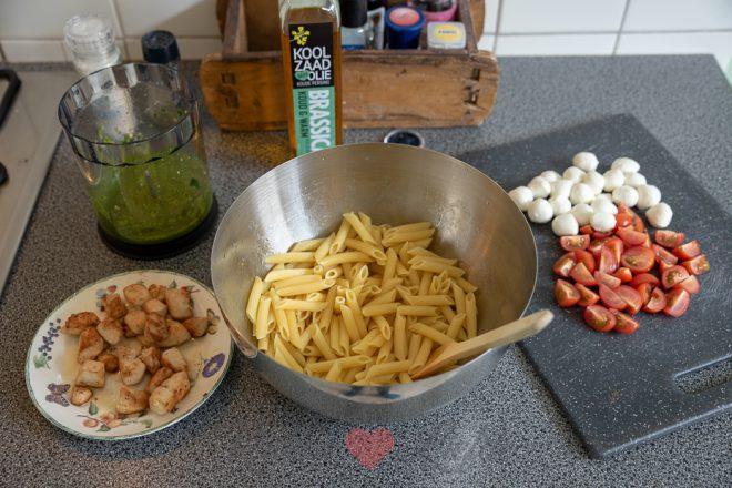 Pastasalade met pestodressing en kip