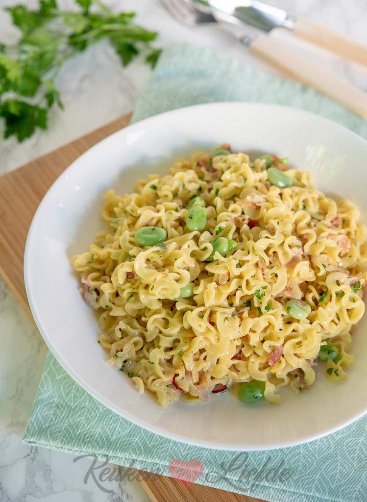 Romige pasta carbonara met spek en tuinbonen