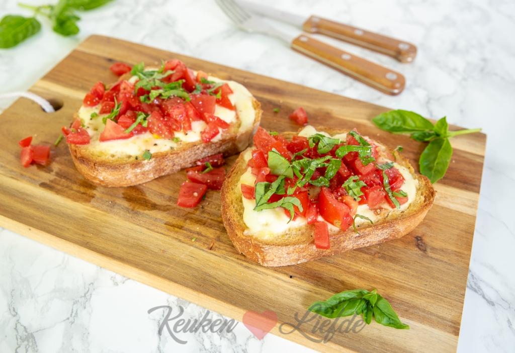 Bruschetta met mozzarella en tomaat