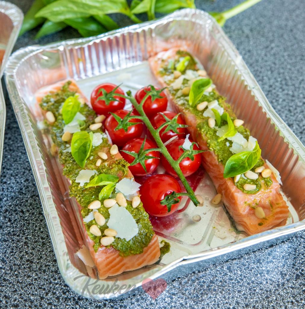 Zalm van de barbecue met pesto en tomaatjes