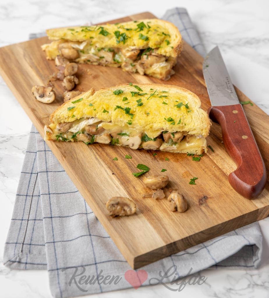 Tosti met gebakken champignons en brie