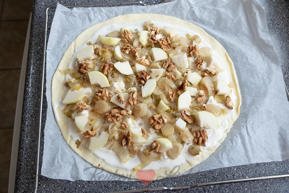 Flammkuchen met witlof, peer en gorgonzola