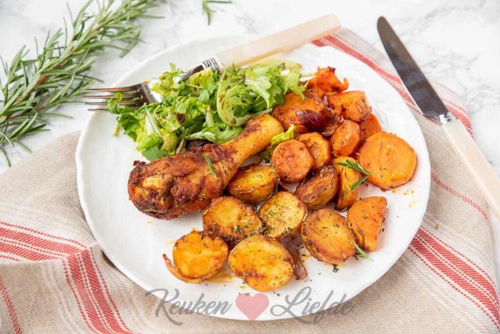 Gekruide kipdrumsticks met groenten uit de oven