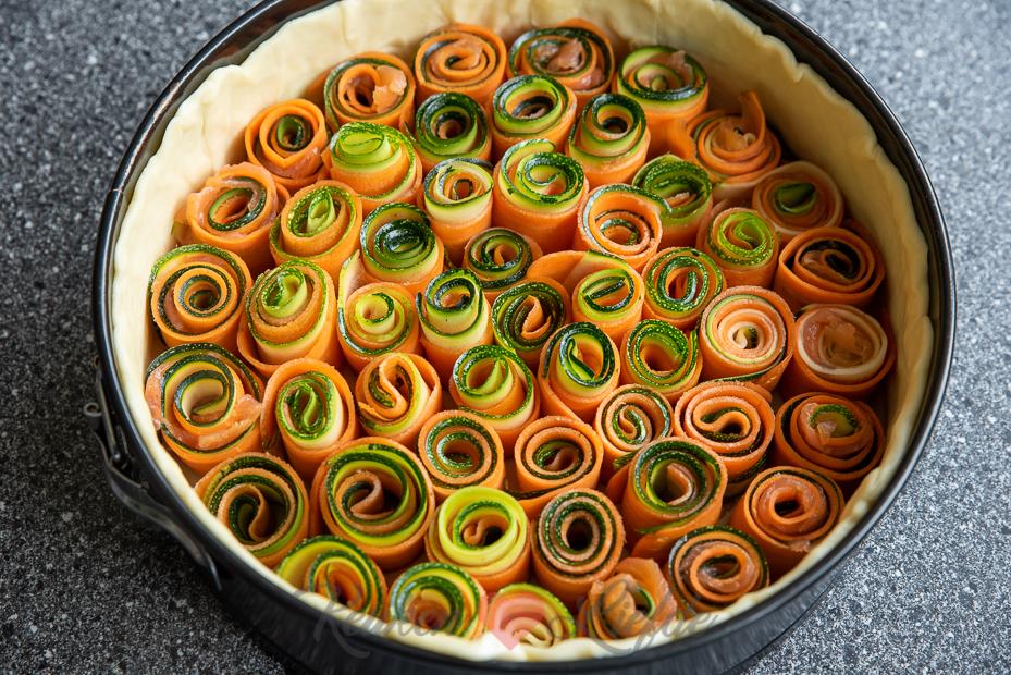 Hartige taart met groenterolletjes en zalm