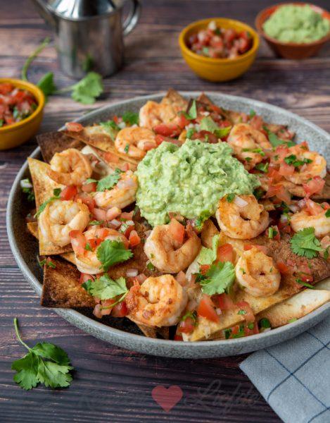 Loaded tortillachips met gamba's, guacamole en salsa
