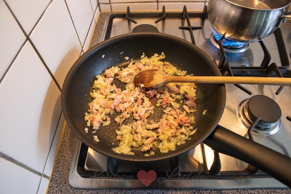 Hartige oliebollen met pancetta, ui en Parmezaan