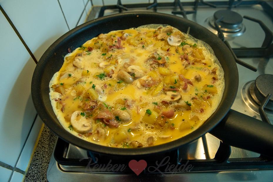 Aardappeltortilla met champignons, spek en ui