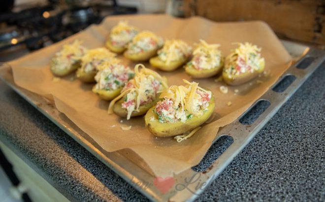 Gevulde aardappel met bacon, tomaat en kaas