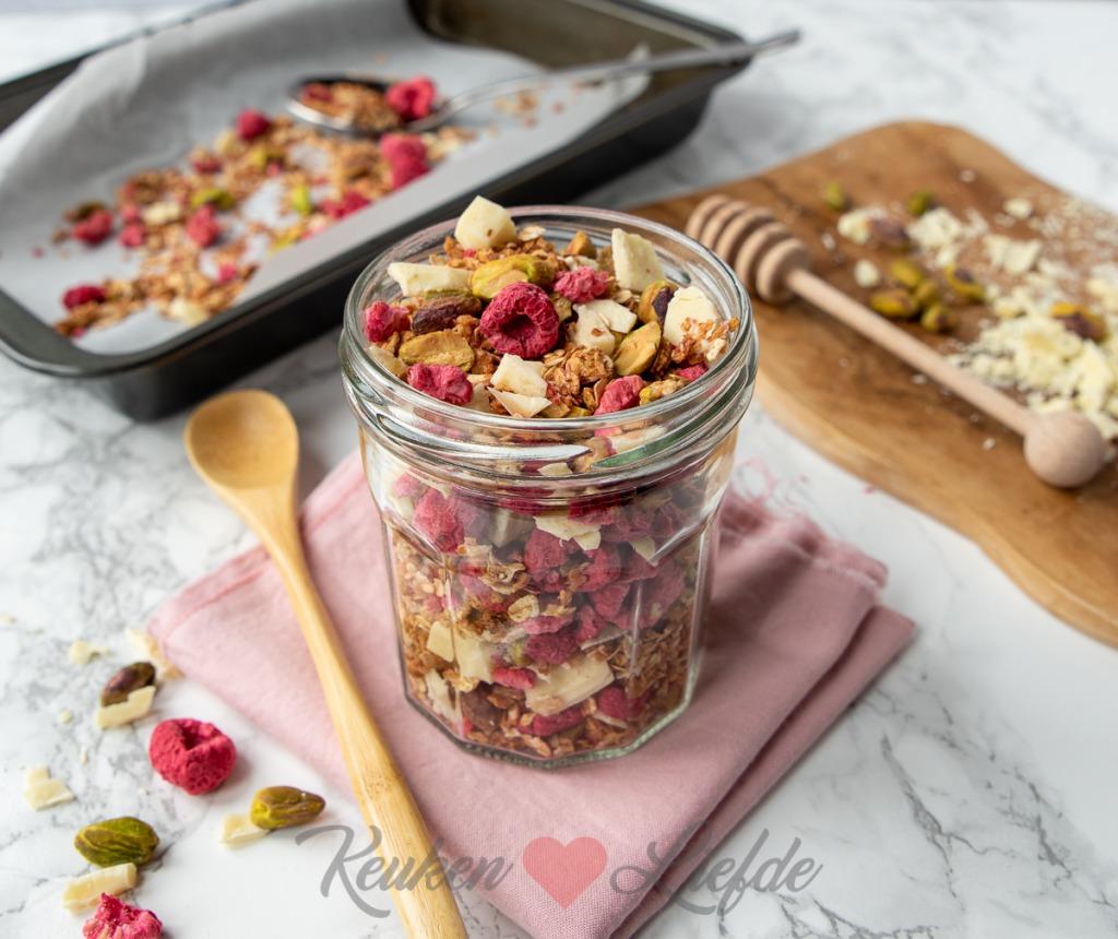Granola met framboos, pistache en witte chocolade