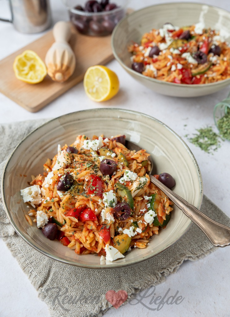 Griekse pasta met courgette, paprika en feta