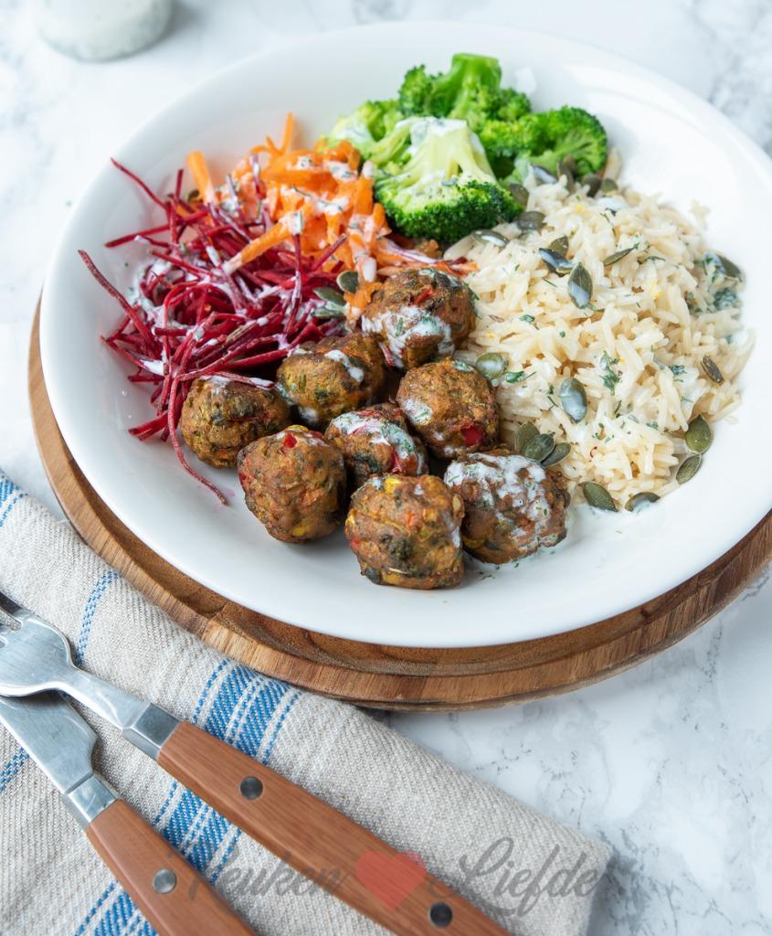 Rijst bowl met vega groenteballetjes