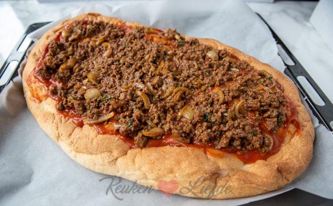 Turks brood pizza met gehakt, knoflooksaus en salade