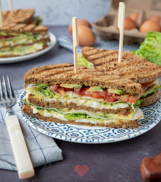 Club sandwich met eiersalade met gerookte kip