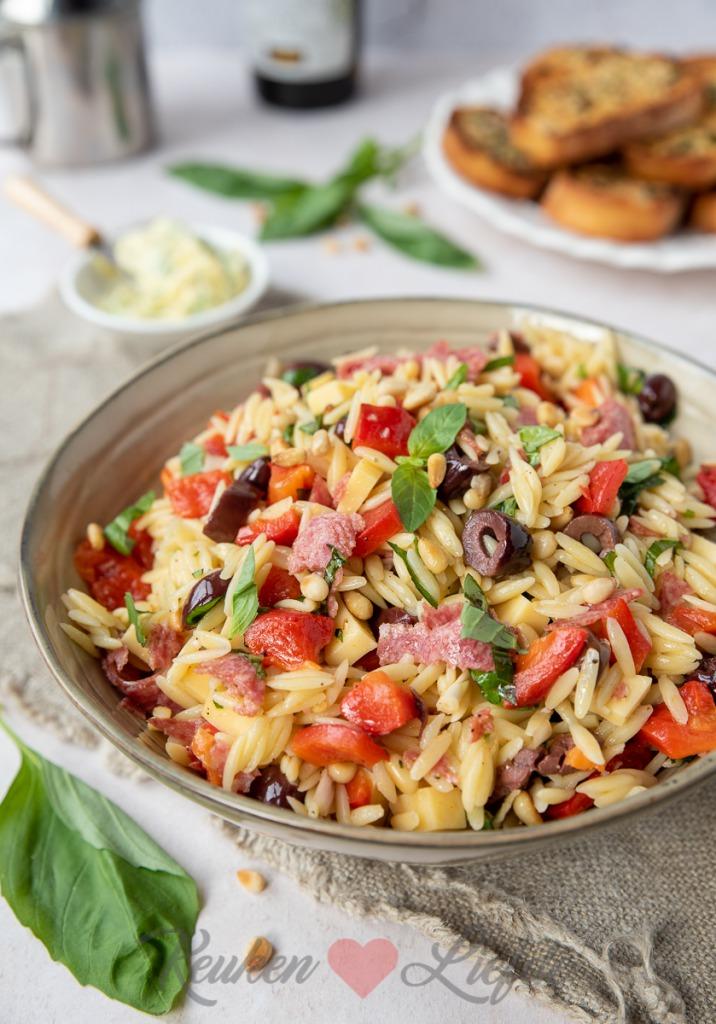 Orzo pastasalade met salami en gegrilde paprika