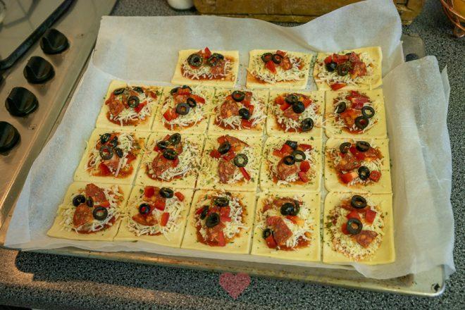Pizza hapje met chorizo, paprika en olijf