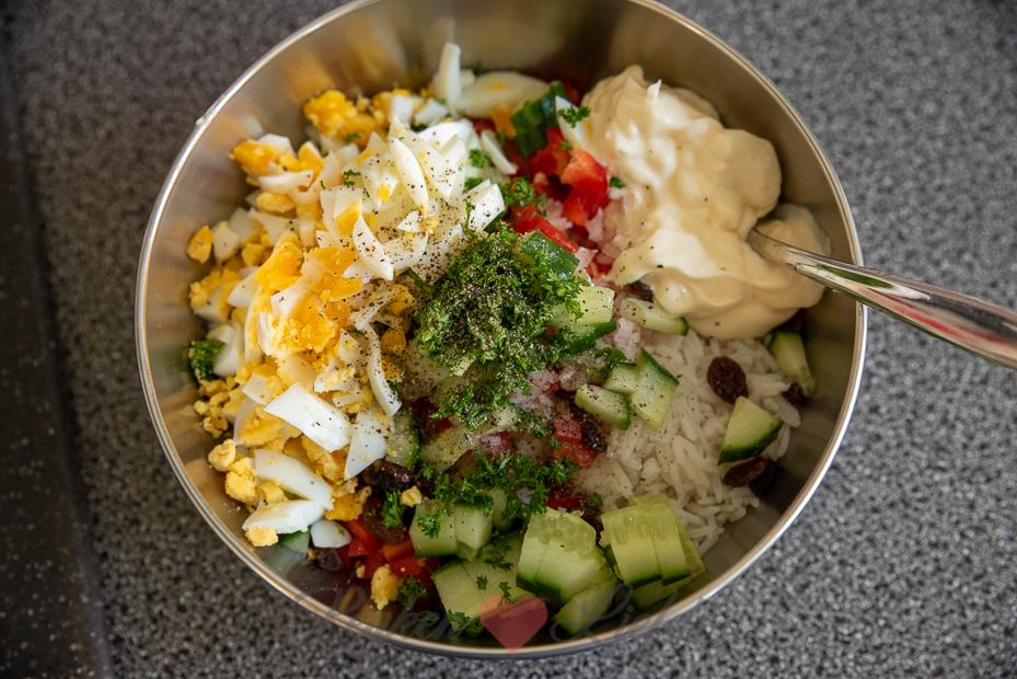 Frisse rijstsalade met ei en komkommer