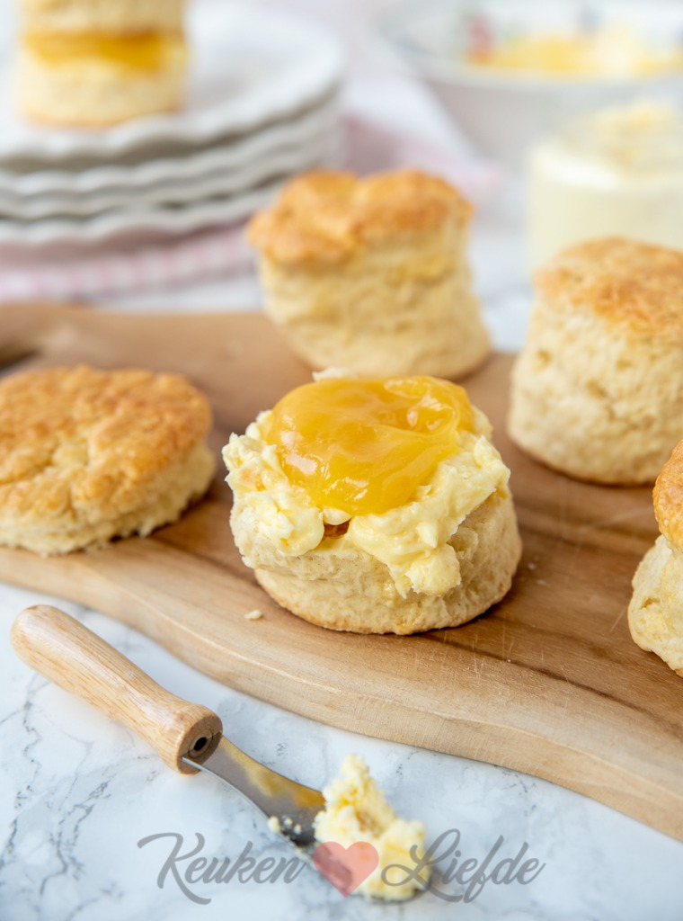 Scones met clotted cream en lemon curd
