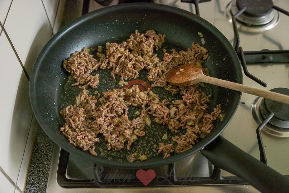 Gevulde paprika's met rijst, gehakt en spitskool