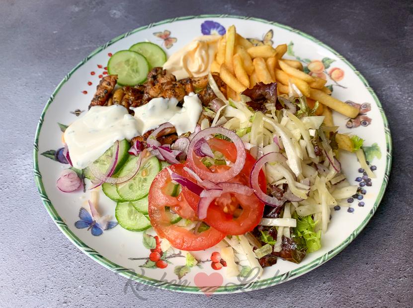 Kipshoarma met pitabrood, knoflooksaus en wittekoolsalade