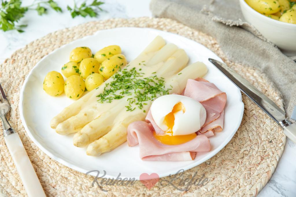 Witte asperges met beenham, krieltjes en botersaus