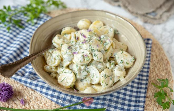 Romige aardappelsalade met augurk