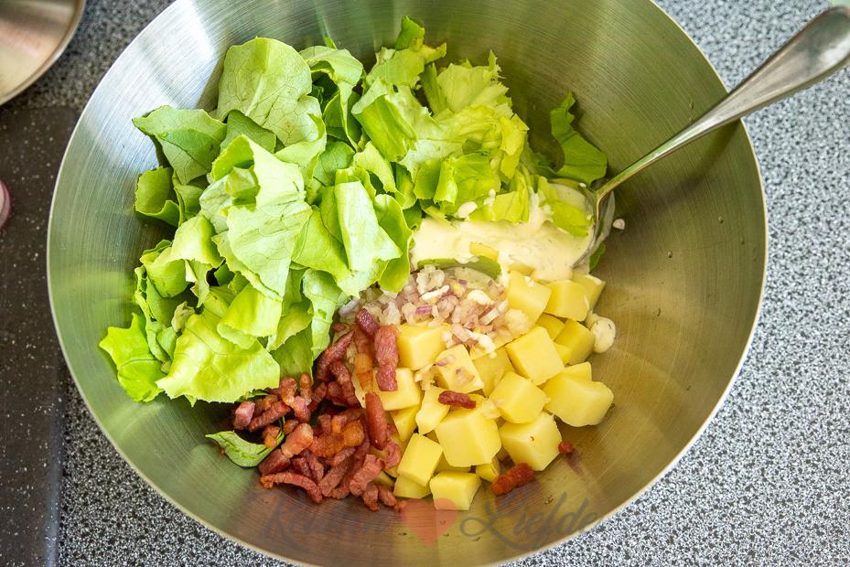 Kropsla salade met aardappel en spekjes