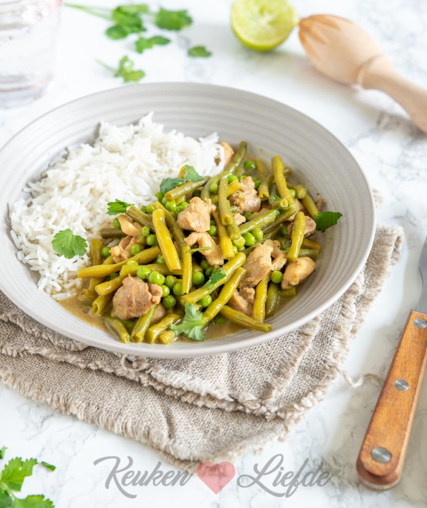 Groene curry met kip en sperziebonen