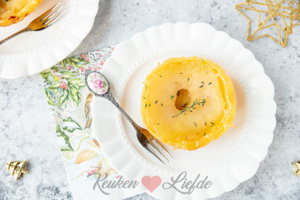 De Franse klassieker tarte tatin kennen we allemaal toch? Deze mini tarte tatins zijn minstens zo lekker en erg leuk om te serveren tijdens het kerstdiner.