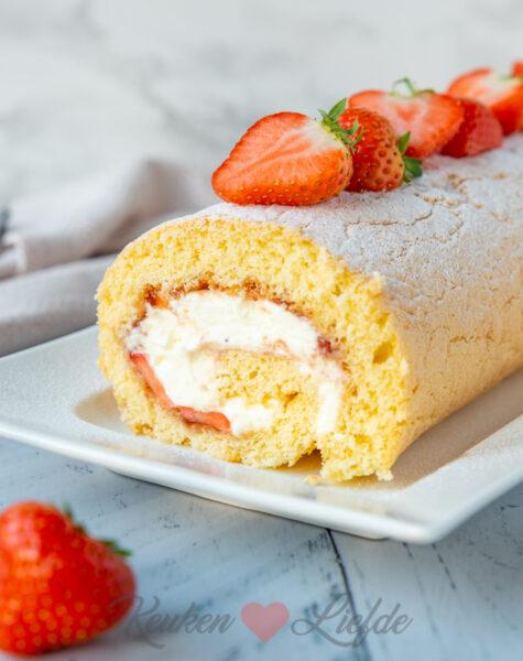 Cakerol met aardbeienjam en slagroom