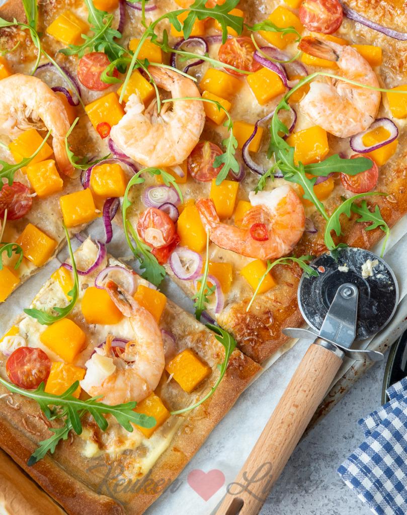 Plaatpizza met pompoen en knoflookgarnalen