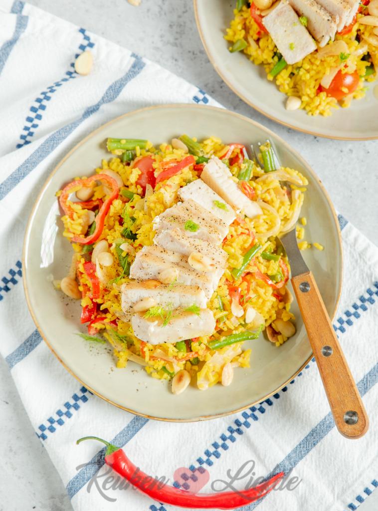 Gebakken gele rijst met tonijn