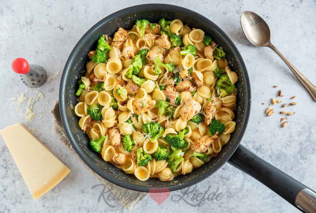 Pasta met kip, broccoli en roomsaus