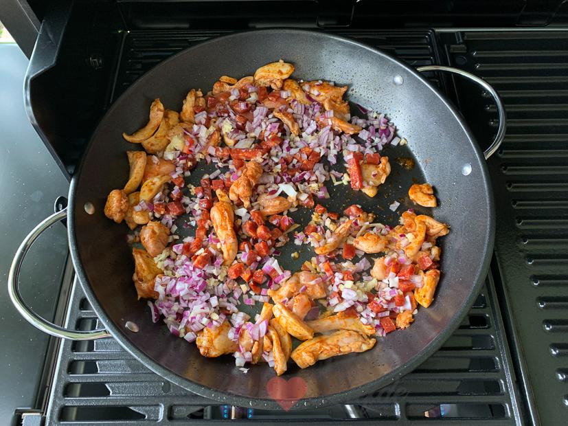 Spaanse paella van de barbecue